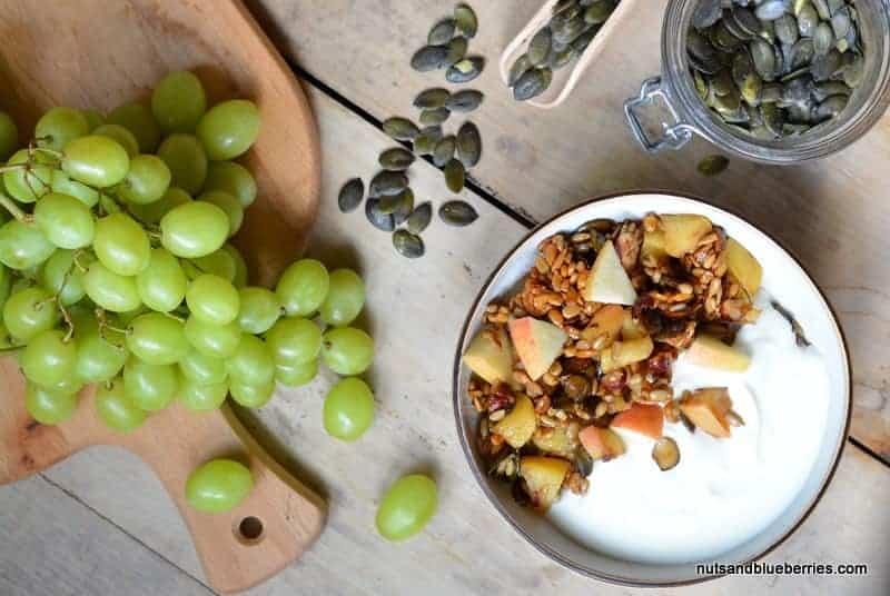 Caramalized apple crunch with yoghurt