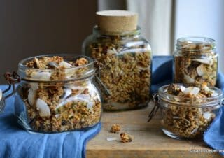 Muesli and Granola as a simply, fast and healthy breakfast version