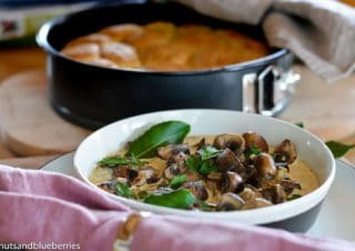 10 minutes mushroom ragout with oven-baked yeast buns